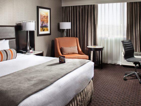 Crowne Plaza Phoenix Airport guest room